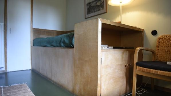 Gästrummet har en fast monterad säg som ligger över trappan som sticker upp under den.
