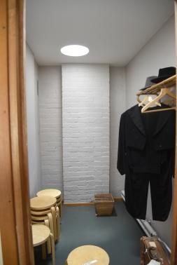 Dressingroom med naturligt ljusinsläpp från taket. Mycket typiskt Aalto.