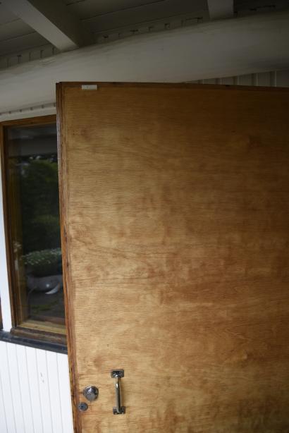 Plywood i alla dörrar.