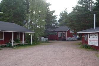 Hamnplanen vid gästhanen. Till höger ligger kontoret. rakt fram butiken.