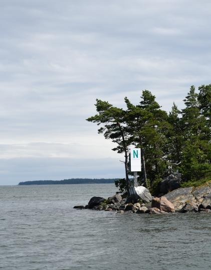 En sorts sjömärken i Finland är bokstavsskyltar på öar.