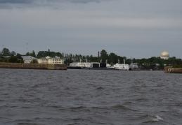 En örlogsbas, med två ubåtar.