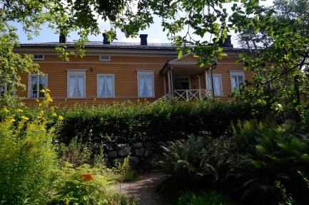 Fredrika Runeberg skötte om trädgården till det stora vackra huset.