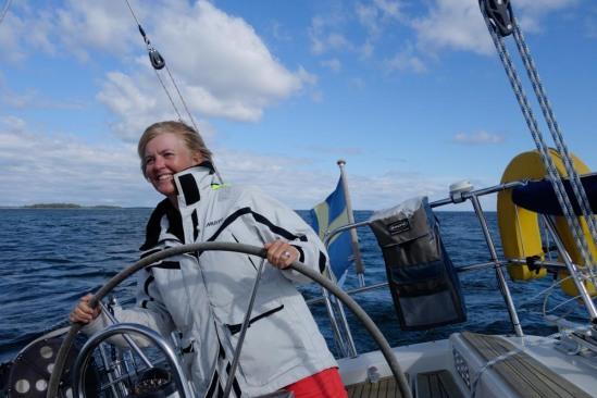 Styrman skrattar av glädje när kapten och navigatör räknar ut hur vi ska vinna med rätt slag.